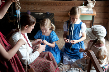 finger knitting with children pioneer school
